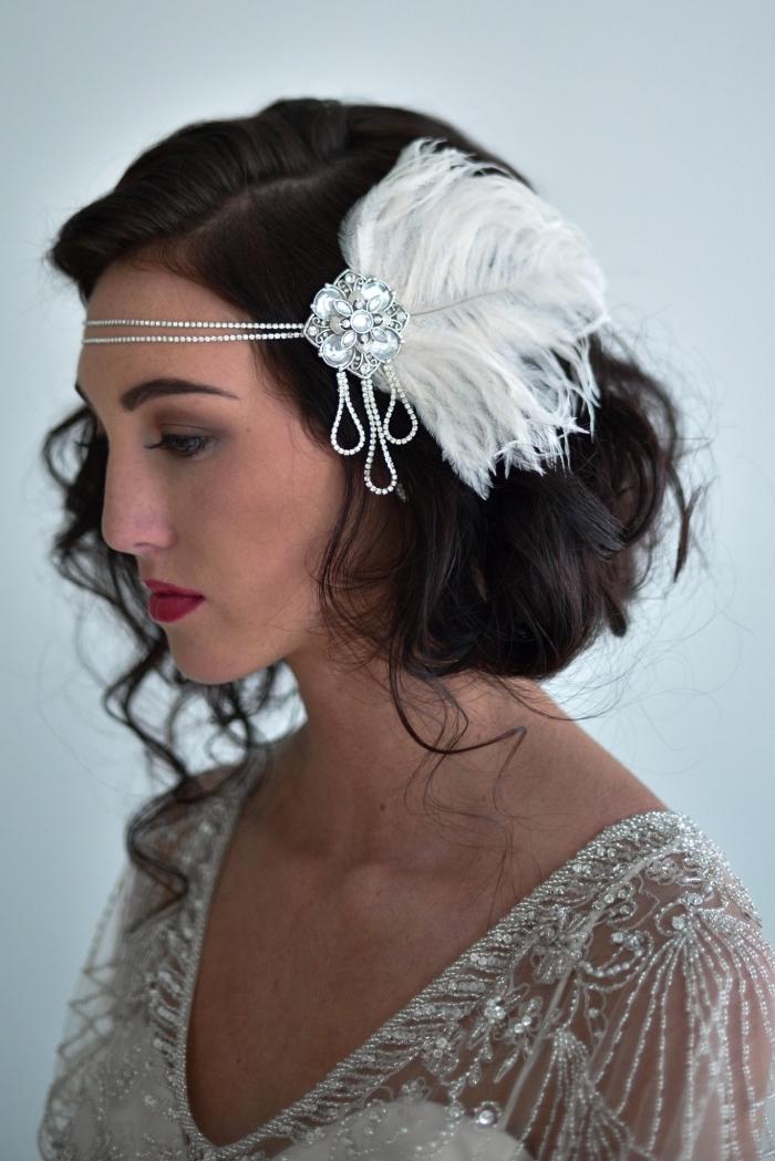 mettre un headband, cheveux longs attachés en chignon bas avec boucles et bijoux de cheveux
