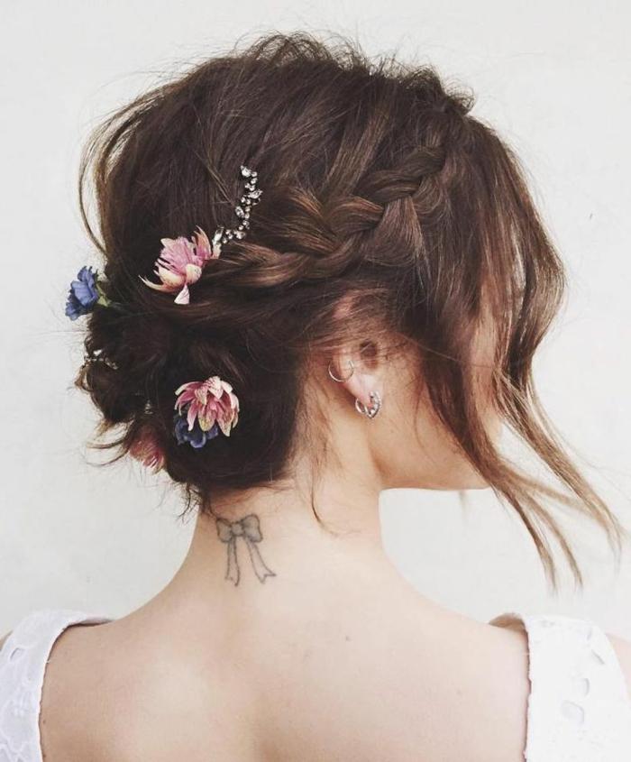 Tenue et coiffure mariée boheme coiffure mariée chignon bas tresse