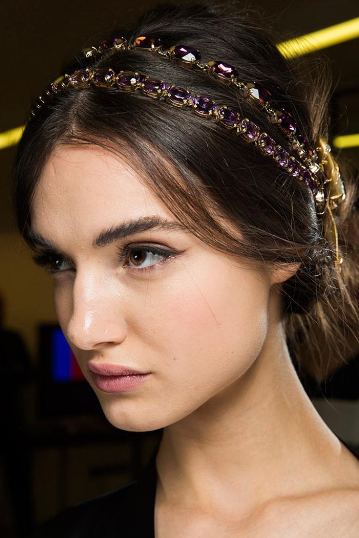 coiffure headband, cheveux longs et marron attachés en chignon décontracté avec diadème violet et or