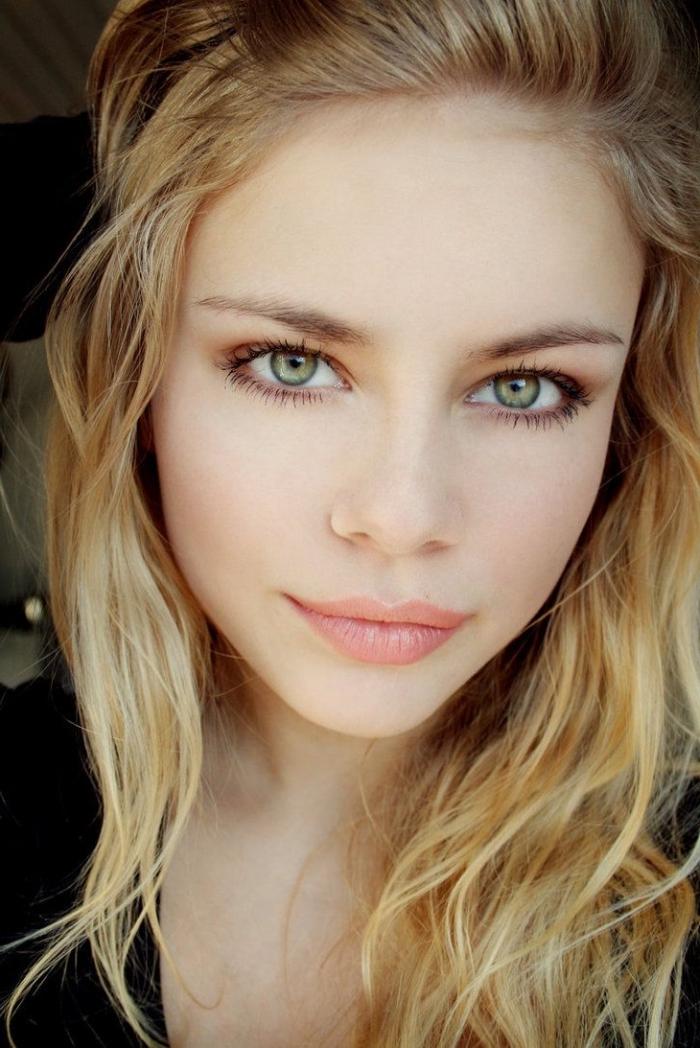 quel couleur de cheveux, jeune fille aux yeux verts et cheveux longs de nuance châtain clair et pointes blondes