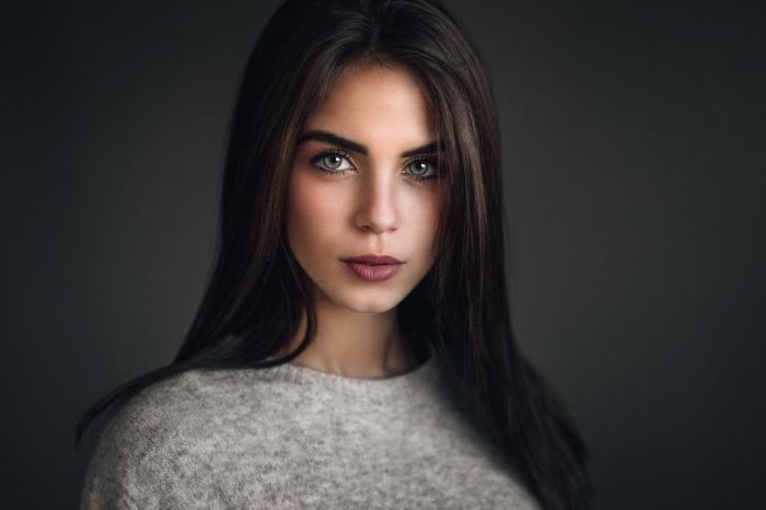 couleur cheveux marron, maquillage des yeux verts avec rouge à lèvres bordeaux et eye-liner noir
