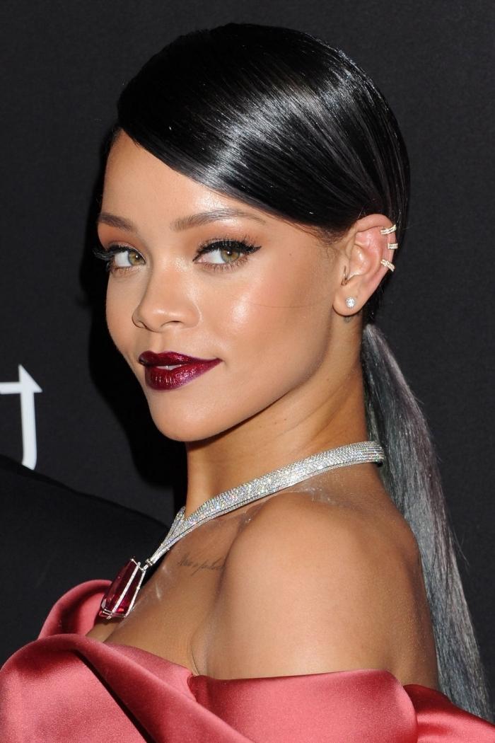 brun cendré, coiffure de Rihanna aux cheveux longs et noirs attachés en queue de cheval avec pointes grises et vertes