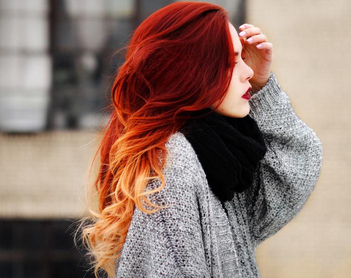 coloration rouge aux pointes rousses, idée de dégradé de couleurs, pull gris et col noir, devenir rousse