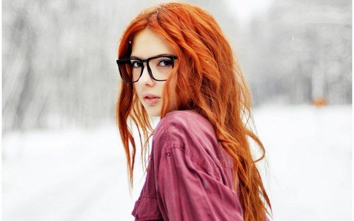 exemple de couleur de cheveux roux cuivré, dégradé long ondulé, chemise rouge framboise, lunettes au cadre noir