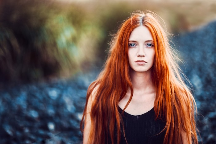 coloration rousse, idée de femme avec coiffure de cheveux longs, coupe dégradé et des yeux bleus