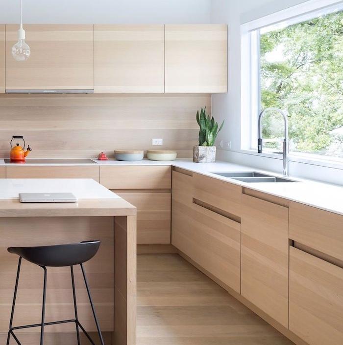 cuisine bois avec meubles hauts et meubles bas en bois clair et ilot central bois, parquet bois, tabouret noir