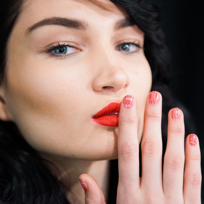 comment se maquiller les yeux, femme aux cheveux noirs avec maquillage des yeux nude et lèvres rouges