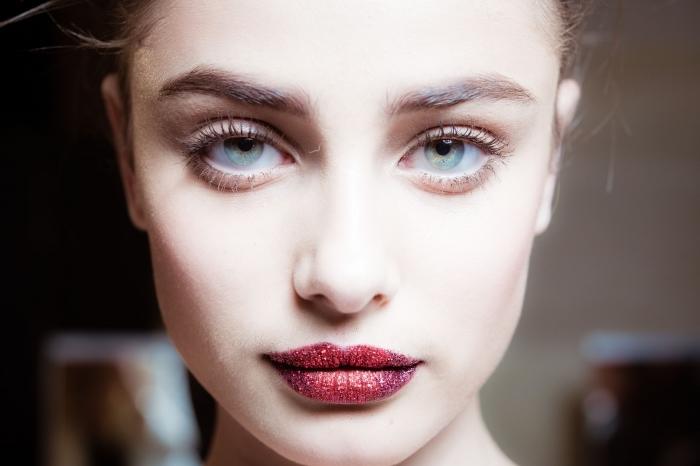 rouge a levre rouge à paillette, maquillage visage pâle et yeux verts avec fond de teint et rouge glitter