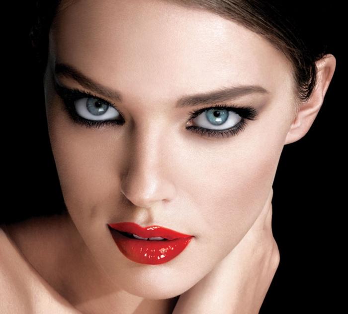 comment se maquiller les yeux, lèvres rouges et maquillage pour yeux bleus avec crayon et mascara noir
