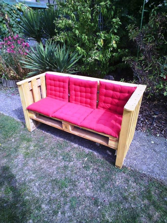 idée pour un meuble exterieur en palette au design simple et fonctionnel, canapé d extérieur avec dossier et accoudoirs
