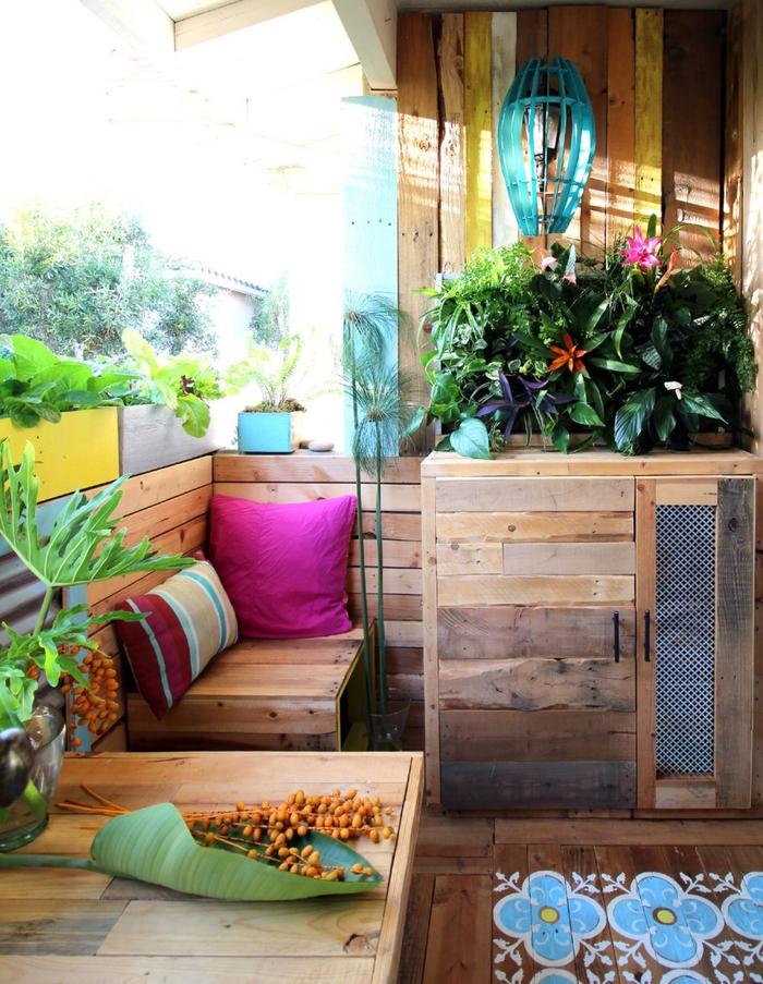 aménagement d une terrasse colorée avec des meubles en palettes recyclées