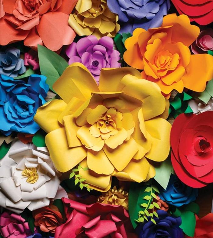 un ensemble de fleurs en papier coloré, pétales arrondies de doverses tailles, composition florale haute en couleurs