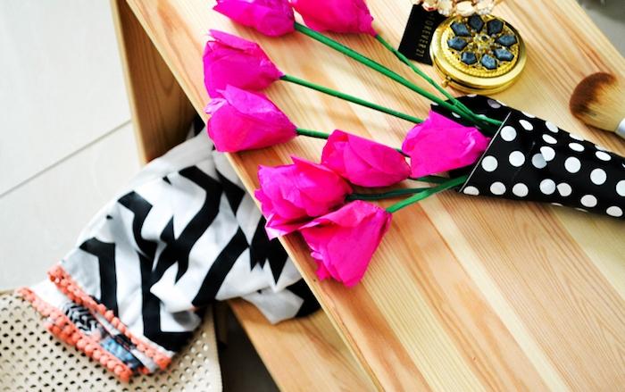diy fleur en papier, un bouquet de roses en papier de soie sur une table en bois, idée originale de diy deco