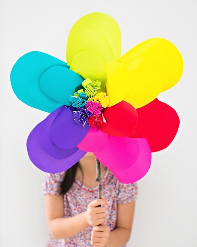 comment faire une fleur en ppaier, un exemple de leur gigantesque de pétales colorés en papier jaune, bleu, violet, rose et rouge et tige en bâton