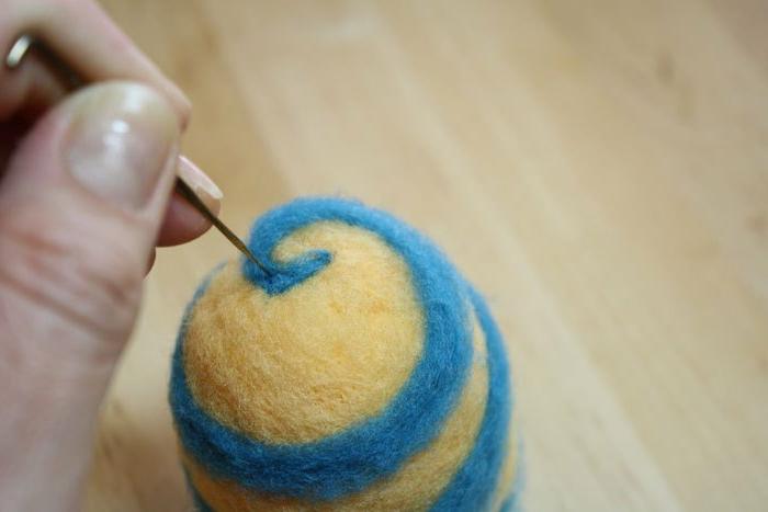 comment faire des pompons en laine, oeuf en laine molle et colorée