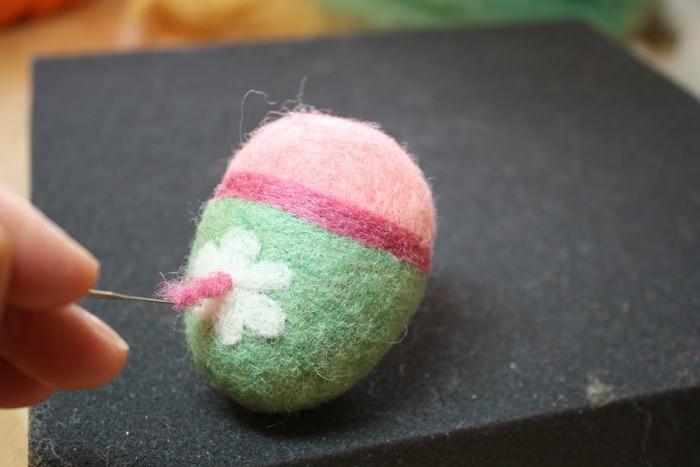 oeuf moelleux décoré de fleur, bande rose décorative, comment décorer des oeufs en laine