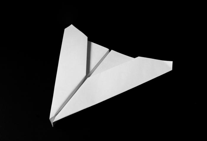 tuto de pliage avion papier modèle planeur delta réalisé en quelques étapes faciles à suivre