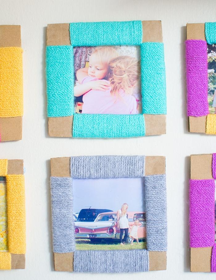 cadeau noel maman, cadre photo en carton avec de la laine colorée enroulée autour, laine couleur mauve, bleue, grise et jaune
