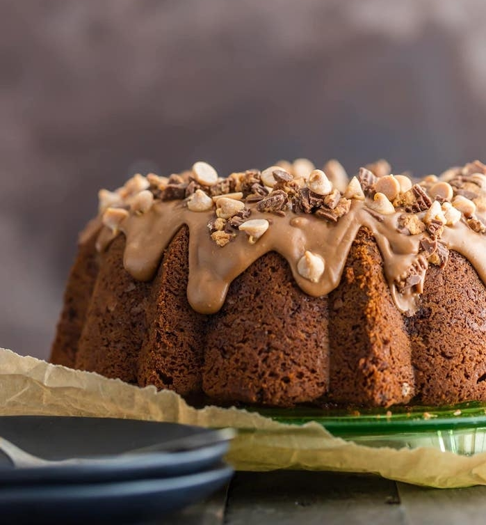 gateau au cacao avec glacage chocolat au beurre de cacahuètes et noix en dessus, idée comment décorer un gâteau