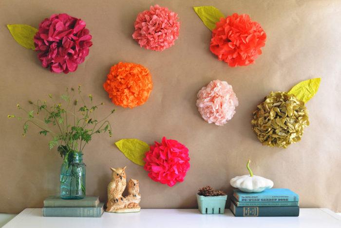 exemple comment faire une fleur en papier de soie, décoration murale de fleurs en papier colorées, fond marron