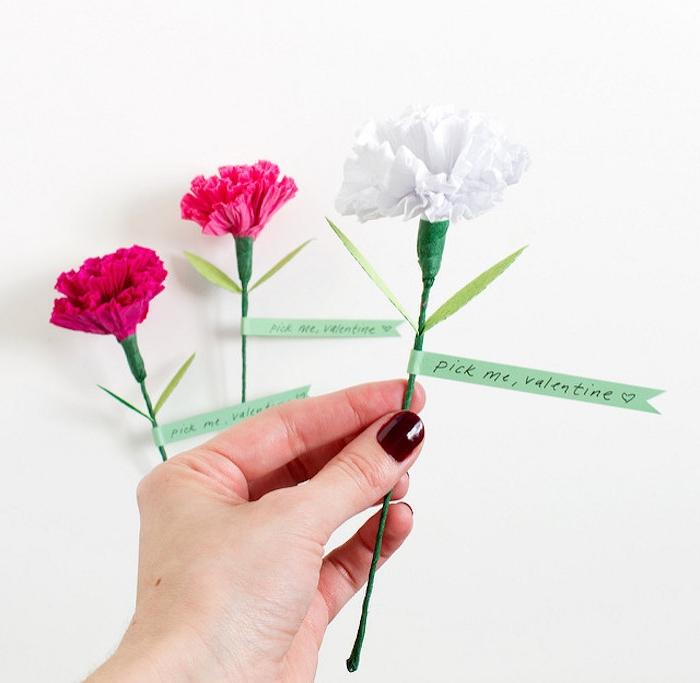 idée d oeillet à réaliser soi meme, diy fleur en papier rose, fuchsia et blanc, tiges en papier vert et fil de fer, marque page originale