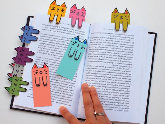 exemple de marque page originale, activité manuelle primaire, motif chat coloré, cadeau de noel pas cher pour maman