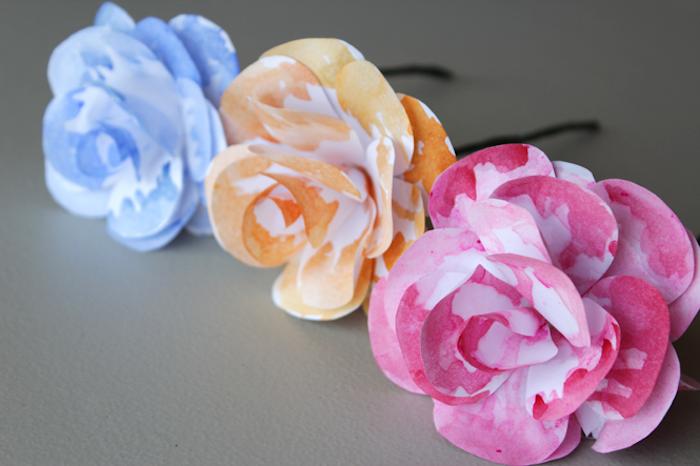 idée comment faire des fleurs en papier blanc coloré en orange, bleu et rouge, tige noire, activité manuelle adulte enfant