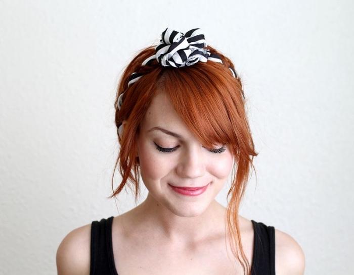 coiffure avec headband, cheveux cuivrés avec frange attachés en chignon et mèches devant