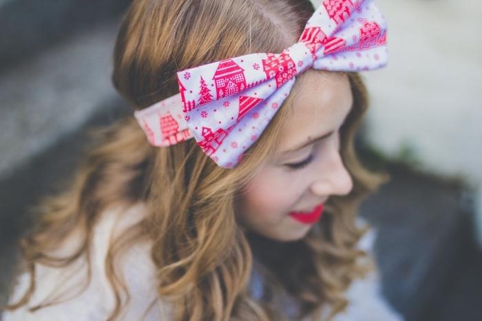 coiffure bohème chic, cheveux longs et bouclés de nuance châtain doré avec ruban à design Noel rouge et blanc