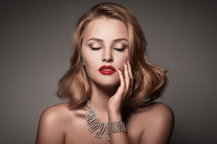 maquillage soirée, coupe de cheveux mi-longs de nuance blond doré légèrement bouclés