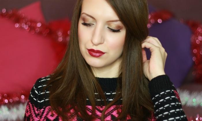 maquillage nouvel an, pull over à design féminin de couleur noir et rose, coupe de cheveux longs de nuance châtain