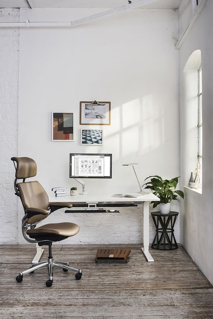 aménagement d'un espace bureau fonctionnel à domicile équipé d'un siège ergonomique à mécanisme synchrone et avec repose-tête