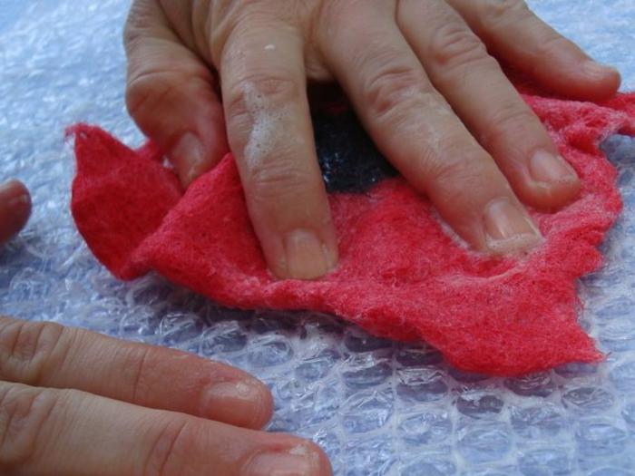 faire des fleurs de laine avec de l'eau savonnée, technique facile de créeer des formes plates