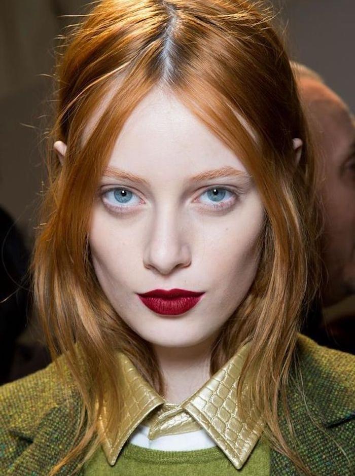 exemple de coloration de cheveux blond cuivré, mèches encadrant le visage, peau blanche et des yeux bleus, rouge a levres rouge