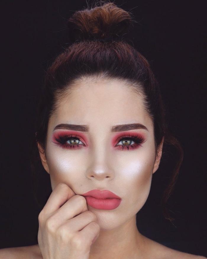 brune au yeux vert, maquillage avec fards à paupières rouge et contouring de visage en fond de teint foncé et poudre blanche