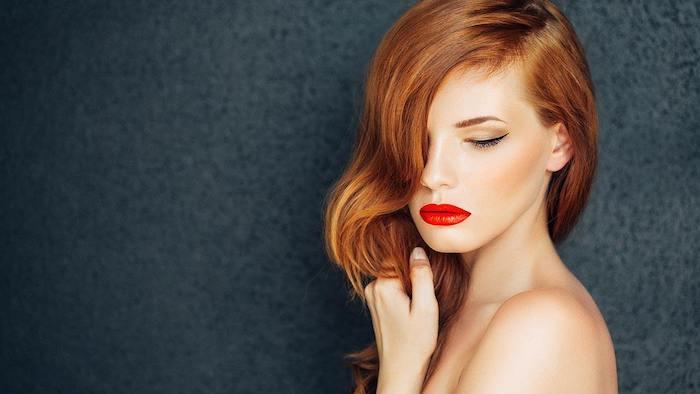 cheveux chatain cuivré, coloration femme stylée, coupe dégradé mi long avec des boucles legeres, rouge a levres rouge