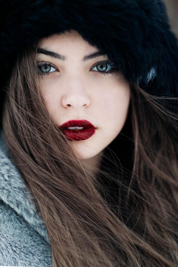 brune au yeux vert, maquillage de visage à sous-ton clair avec rouge à lèvres de nuance bordeaux matte