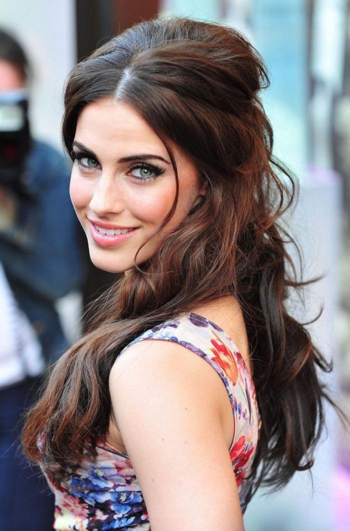 coiffure de cheveux longs mi-attachés avec boucles et volume sur le haut, coiffure de célébrité de Jessica Lowndes