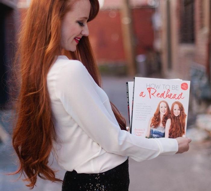 idée de coloration rousse, nuance cuivrée sur cheveux longs avec une frange sur le coté, chemise blanche et jupe noire
