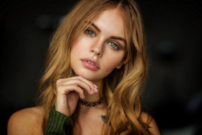 cheveux cuivré, jeune femme aux cheveux longs et bouclés de nuance châtain clair aux reflets blond miel
