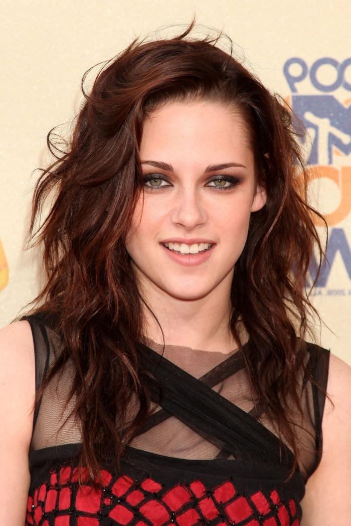 coloration acajou, coupe de cheveux longs en couches de nuance marron aux reflets rouge foncé, coiffure de Kristen Stewart