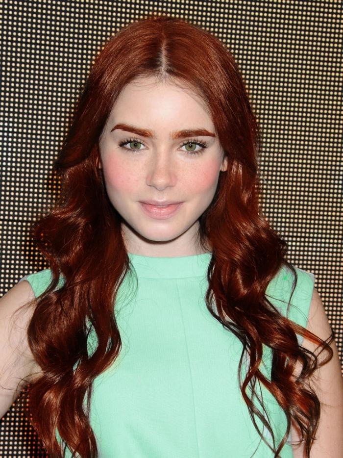 couleur cheveux acajou, coiffure de cheveux longs et bouclés de base marron colorés aux reflets rouges