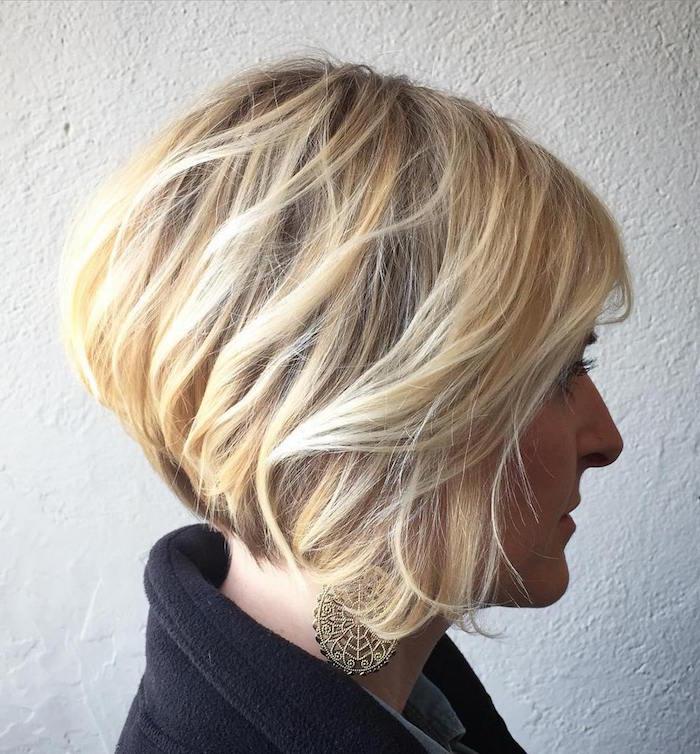 coupe femme carré plongeant dégradé blond platine