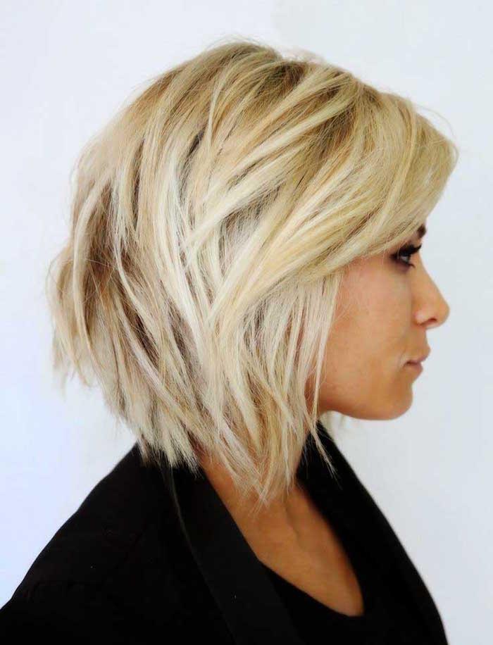 carré plongeant dégradé ondulé blond platine femme