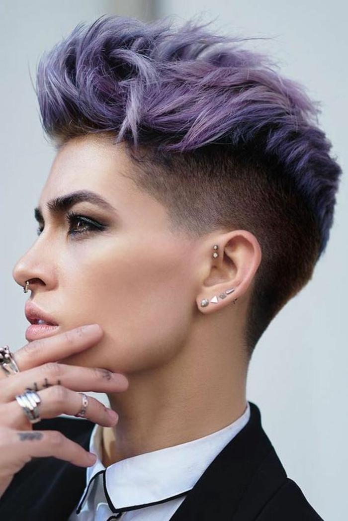 cheveux court avec des mèches sur le haut du crâne, cheveux en couleur violette, rasage et balayage, look mi-féminin, mi-masculin sexy