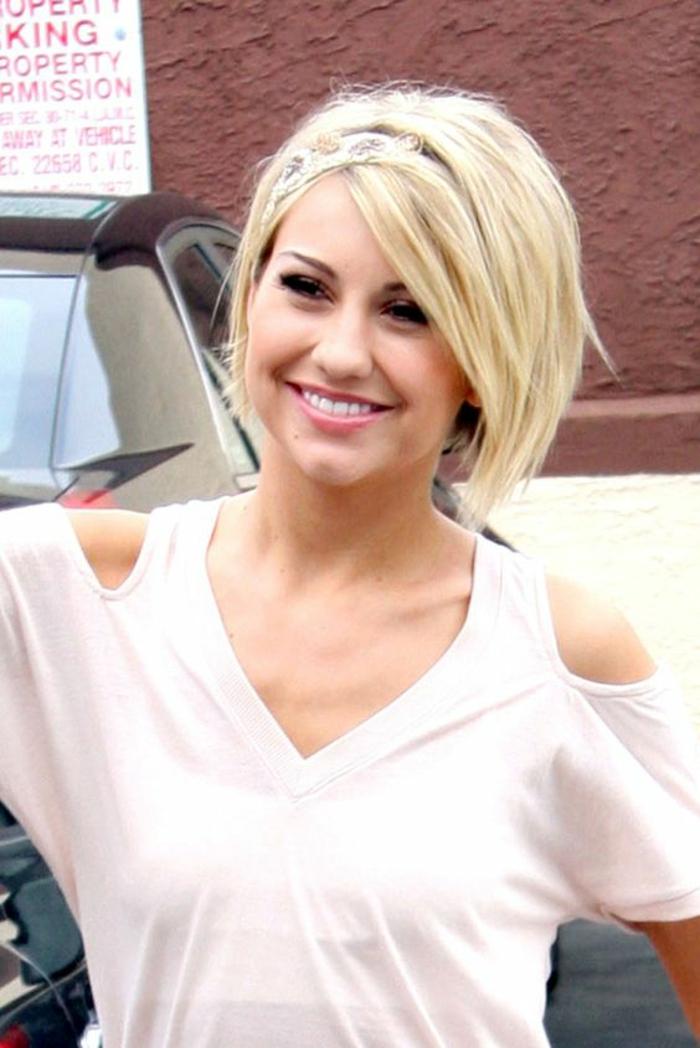 coiffure cheveux court, blond nuance blé, coiffure avec diadème en tissu large, motifs floraux, bob avec volume sur des cheveux lisses