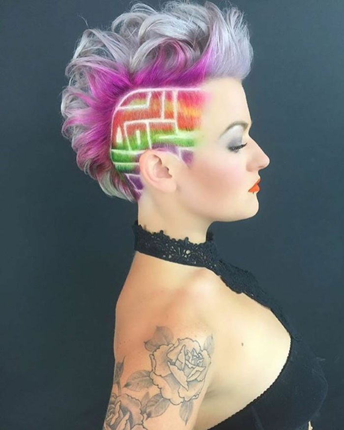 coupes courtes pour femmes aux personnalités fortes, mèches en couleurs fuchsia, vert flashy, orange, violet, tête à moitié rasée