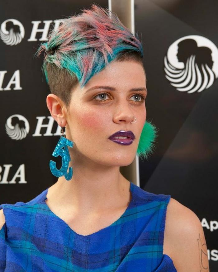 coupe de cheveux femme, mèches en couleurs vives, cheveux court, effet messy devant, style glam punk, esprit et look rebel