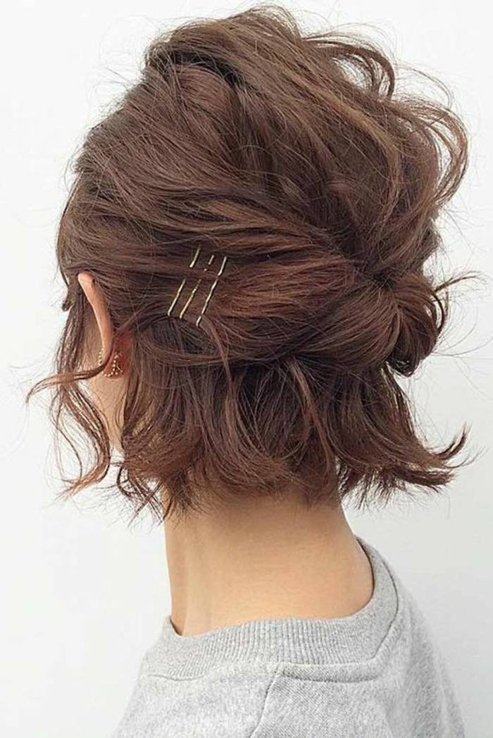 coupes courtes sur des cheveux au coloriage naturel, coiffure messy pour un effet très cool, parties des mèches devant nouées derrière pour former un nœud négligé
