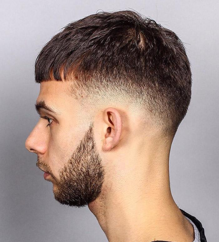 modele coiffure courte dégradé bas homme américain frange droite front